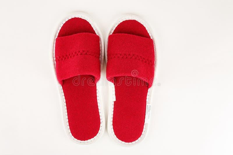 Pantoufles molles rouges d'isolement sur le blanc photos stock