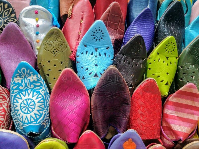Pantoufles ou chaussures traditionnelles colorées à un bazar marocain à Marrakech photos stock