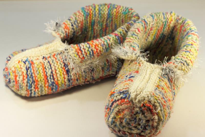 Pantoufles tricotées faites main images stock