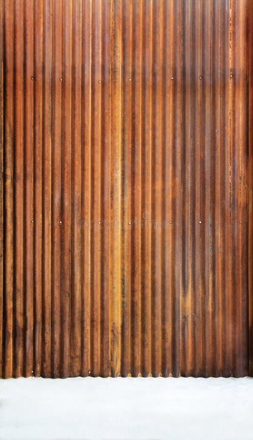 Panwiowy cynku ogrodzenie z starym ośniedziałym nawierzchniowym brązem z cementem f obraz stock
