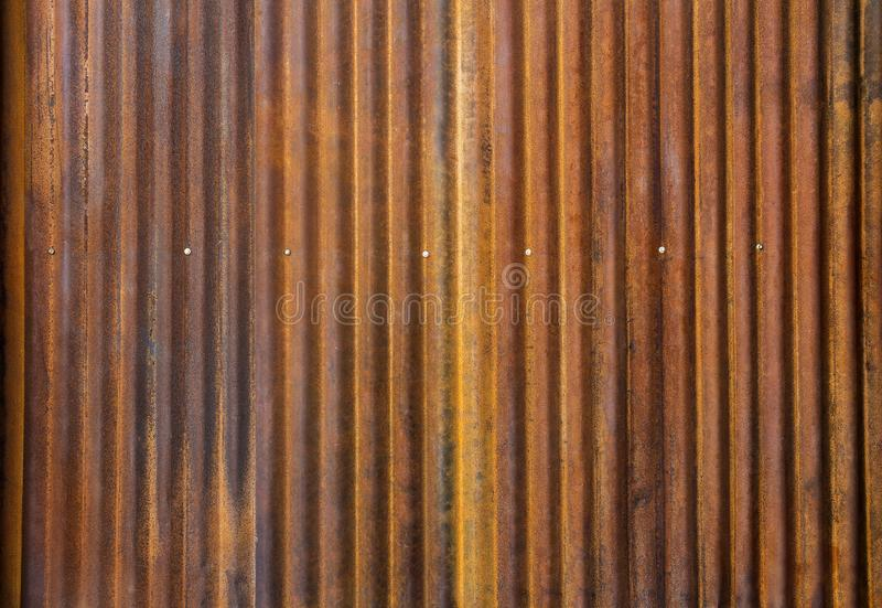 Panwiowy cynku ogrodzenie z starym ośniedziałym nawierzchniowym brązem dla backg obrazy stock