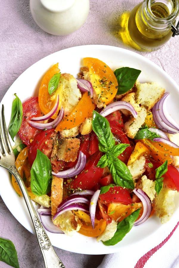 Panzanella - salada italiana tradicional do tomate com pão e oni fotos de stock