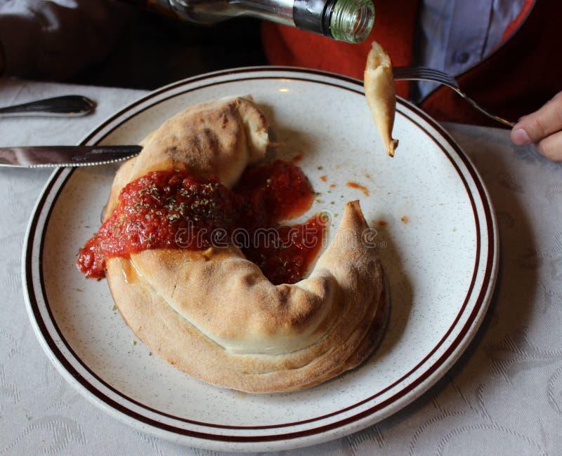 Panzerotti, κλειστή δοκιμή πιτσών με το πικάντικο ελαιόλαδο στην Ιταλία στοκ εικόνες