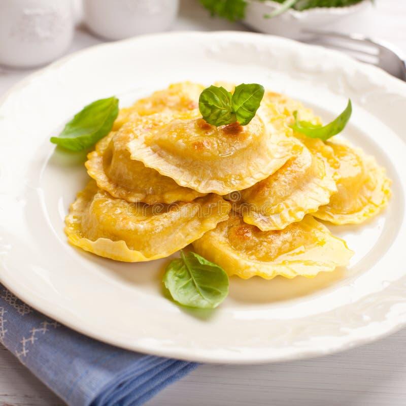 Panzerotti italiano con la salsa y la espinaca de queso imagen de archivo libre de regalías