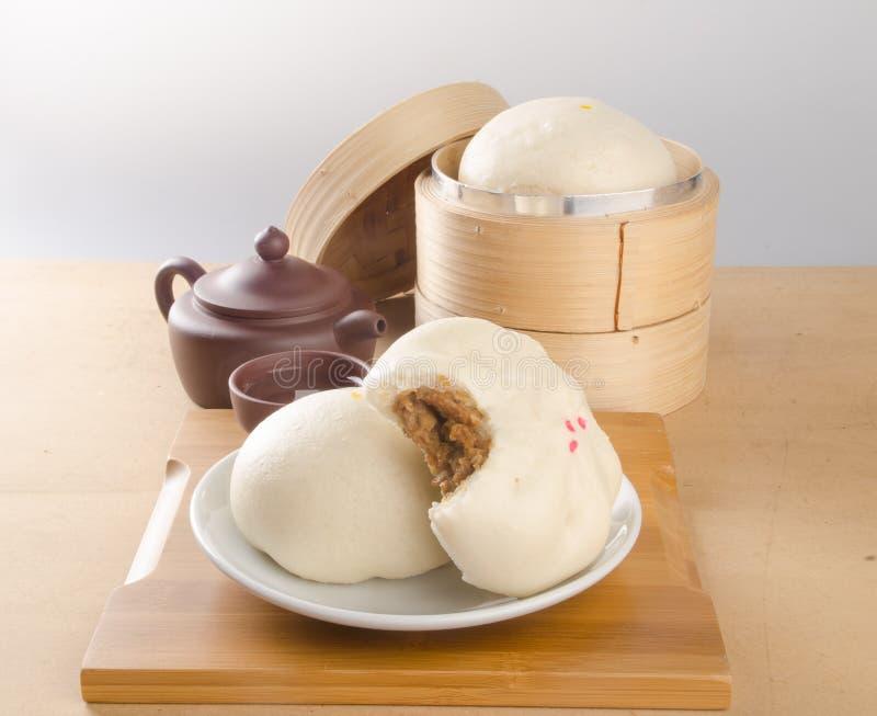pao e chá chinês em um fundo imagem de stock