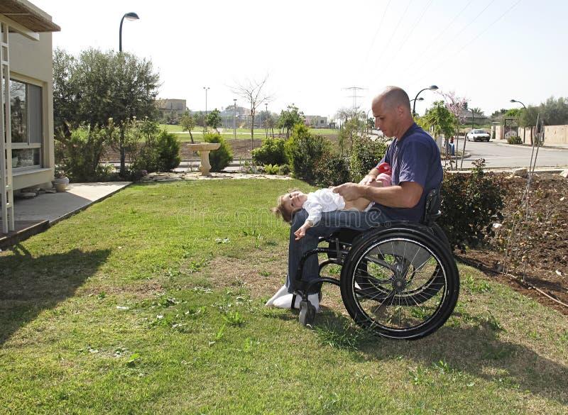 Papà andicappato con il bambino fotografia stock libera da diritti
