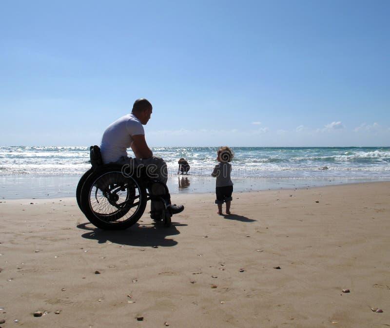 Papà andicappato con il bambino fotografie stock libere da diritti
