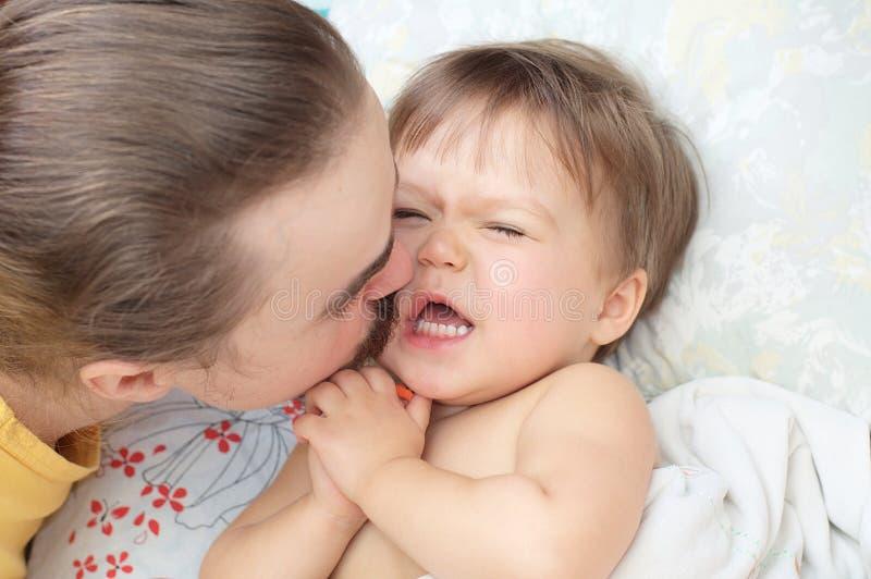 Papà che bacia piccola figlia fotografia stock libera da diritti