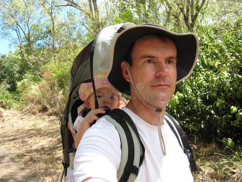Papà che fa un'escursione con il daugther del bambino fotografie stock libere da diritti