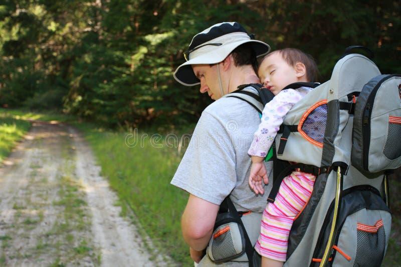 Papà che fa un'escursione con la neonata fotografie stock