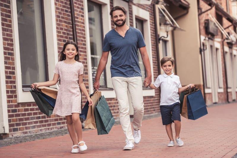 Papà con i bambini fotografia stock