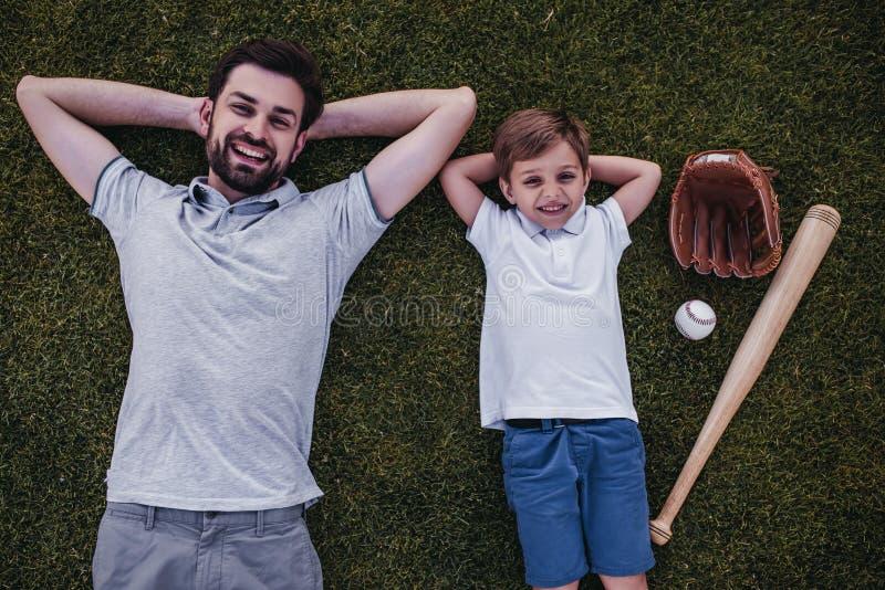 Papà con il figlio all'aperto fotografie stock