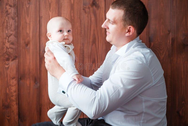 Papà con il figlio che posa sul fondo di legno fotografia stock libera da diritti