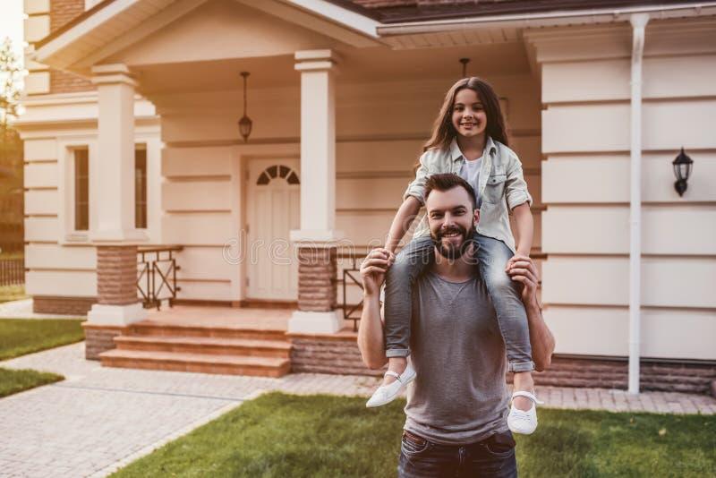 Papà con la figlia all'aperto immagini stock