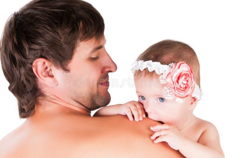 Papà con una piccola figlia in lei armi immagine stock