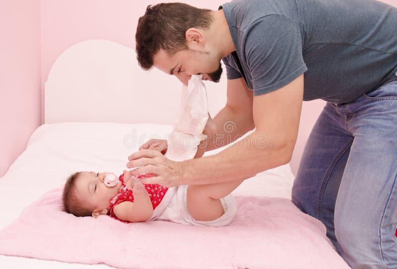 Papà contro i pannolini fotografia stock libera da diritti