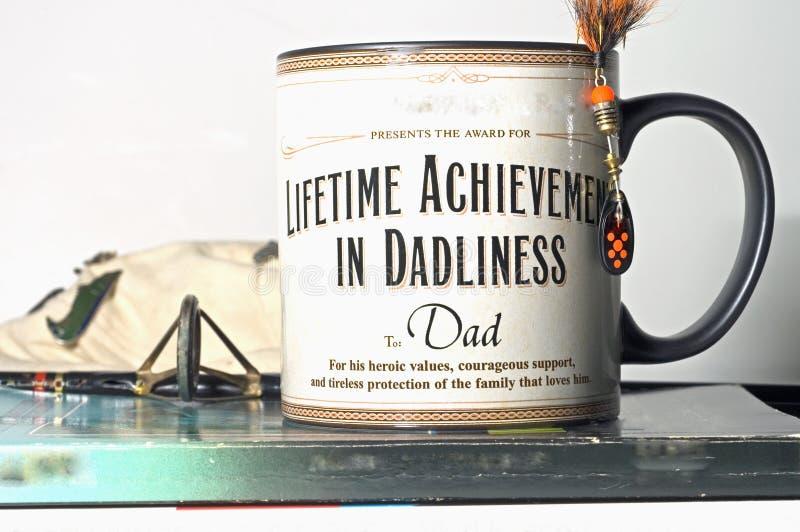 Papà del presente della tazza di giorno del padre immagini stock libere da diritti
