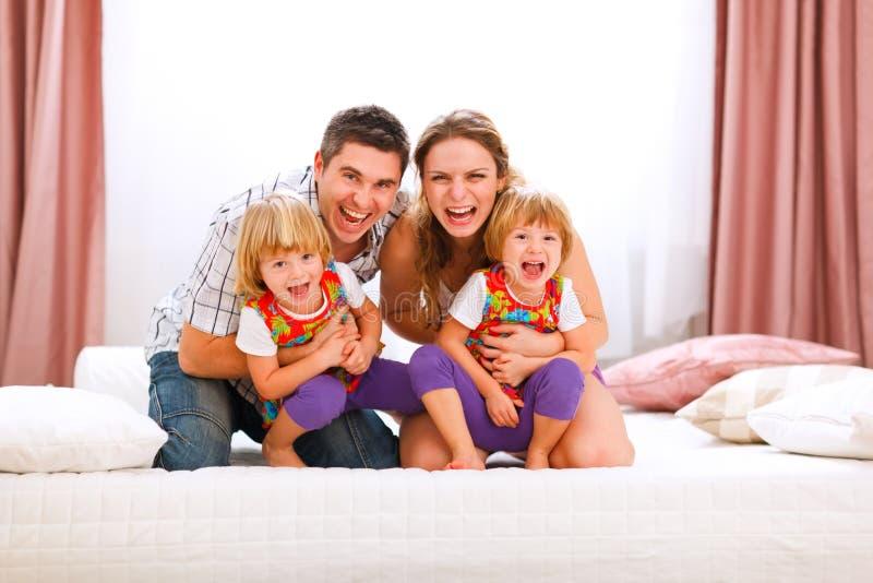 Papà della mamma e figlie dei gemelli che hanno tempo di divertimento immagini stock