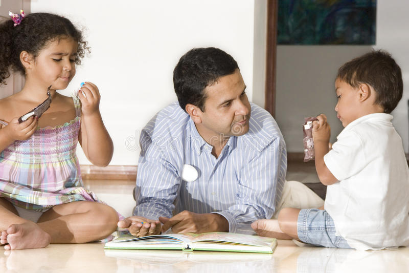 Papà e bambini fotografia stock