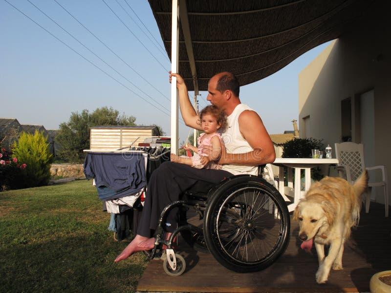 Papà e bambino della sedia a rotelle fotografia stock