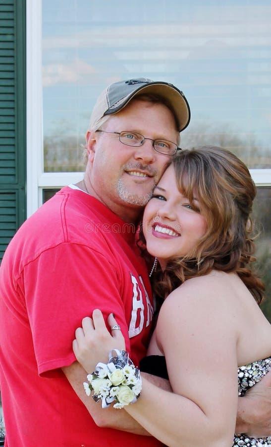 Papà e figlia che abbracciano prima che vada via alla s immagine stock