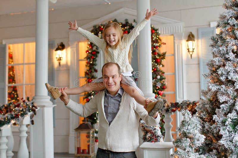 Papà e figlia che sorridono felicemente contro lo sfondo di nuovo Y immagine stock libera da diritti