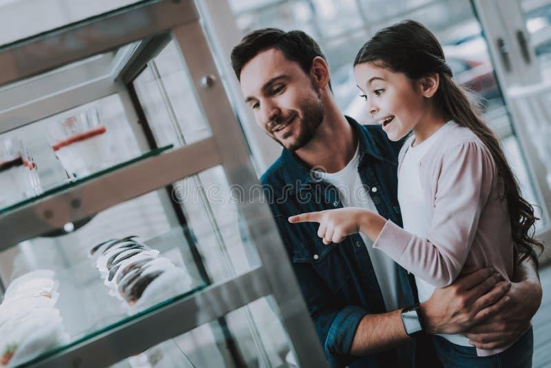 Papà e figlia Scelga il dolce Caffè Ragazza allegra fotografia stock libera da diritti