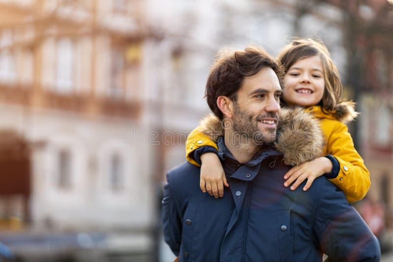 Papà e figlio si abbracciano all'aperto immagine stock libera da diritti