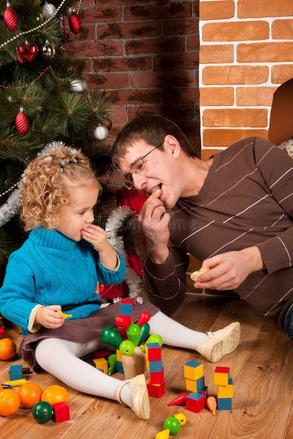 Papà e la sua figlia vicino all'albero di Natale fotografie stock