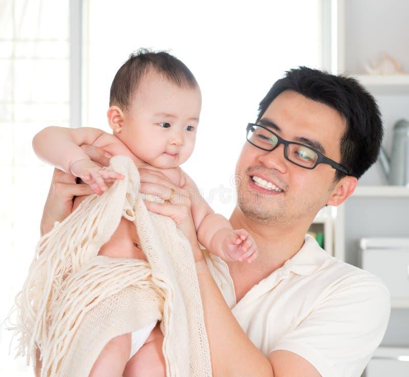 Papà e neonata fotografie stock libere da diritti