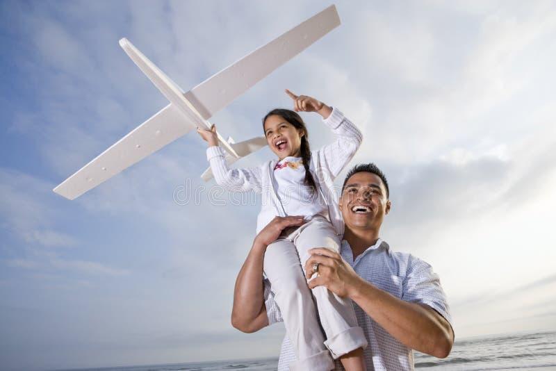 Papà ispanico che gioca livello della ragazza della holding sulla spalla fotografie stock