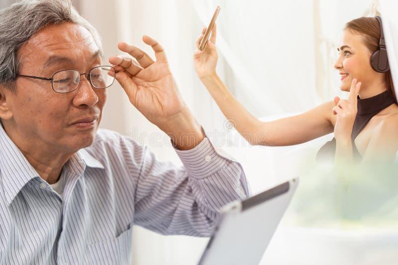 Papá con la hija que habla junto usando la llamada video en la comunicación elegante del dispositivo foto de archivo libre de regalías