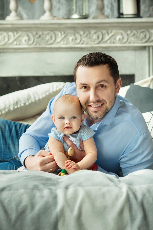 Papá con la pequeña hija imagenes de archivo