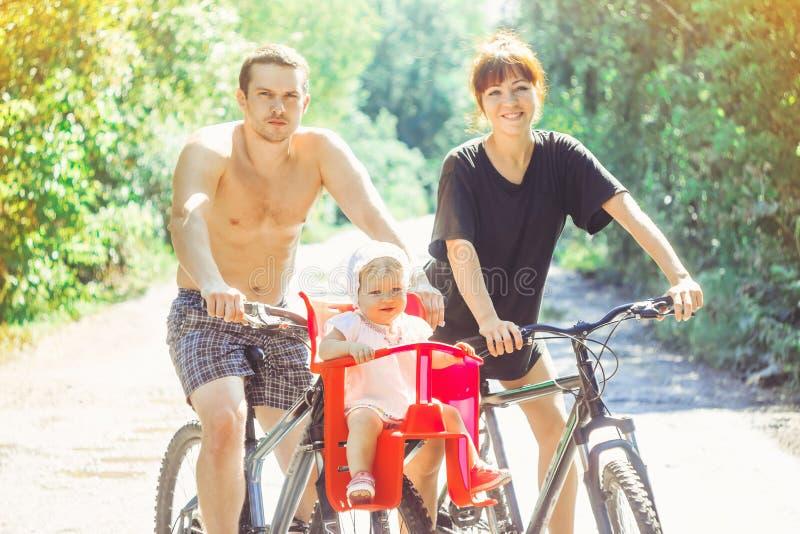 Papá con su hija en una bici imagen de archivo libre de regalías