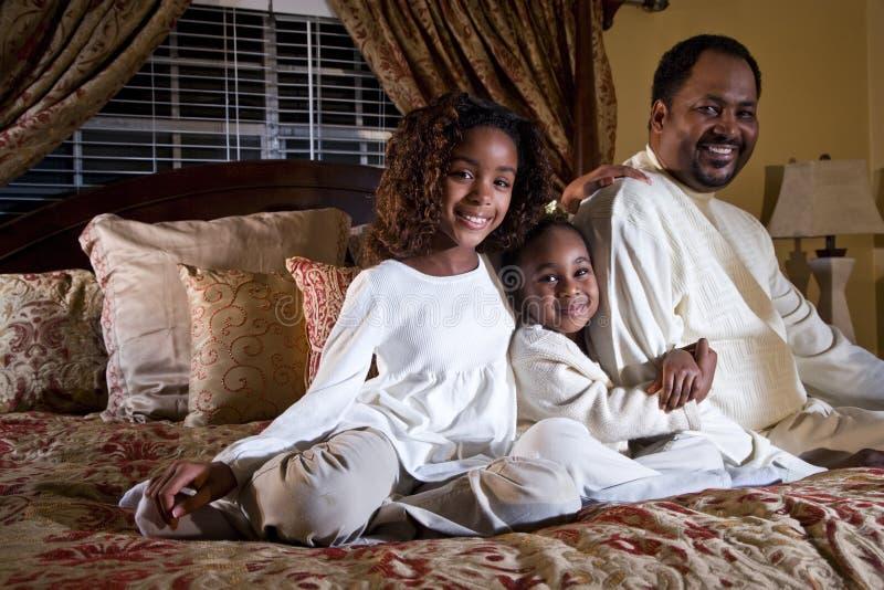 Papá con sus niñas fotos de archivo