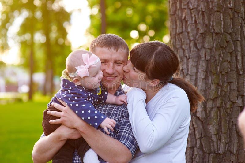 Papá de la mamá y pequeña hija que caminan en el parque imágenes de archivo libres de regalías