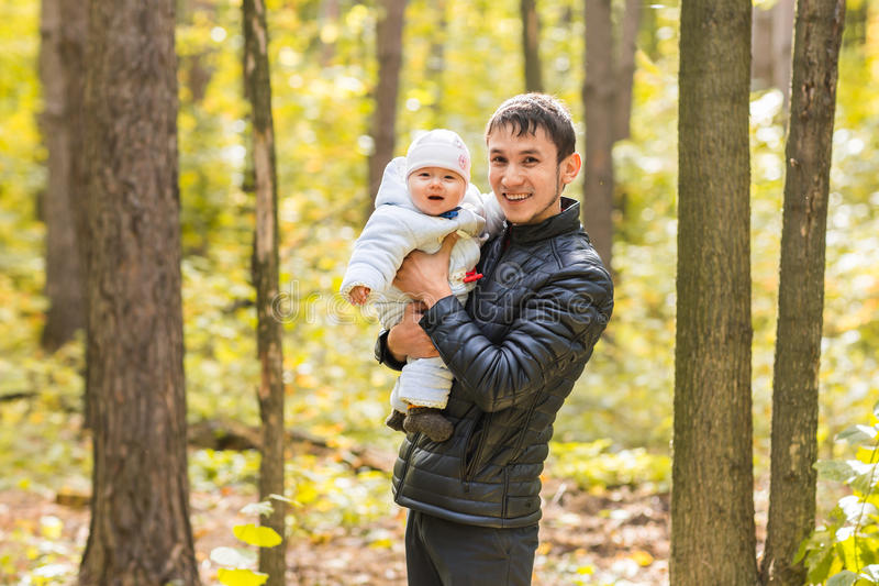 Papá e hija recién nacida que juegan en el parque en otoño fotos de archivo libres de regalías