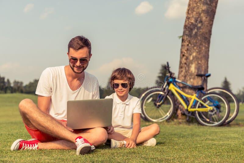Papá e hijo con el artilugio fotografía de archivo libre de regalías