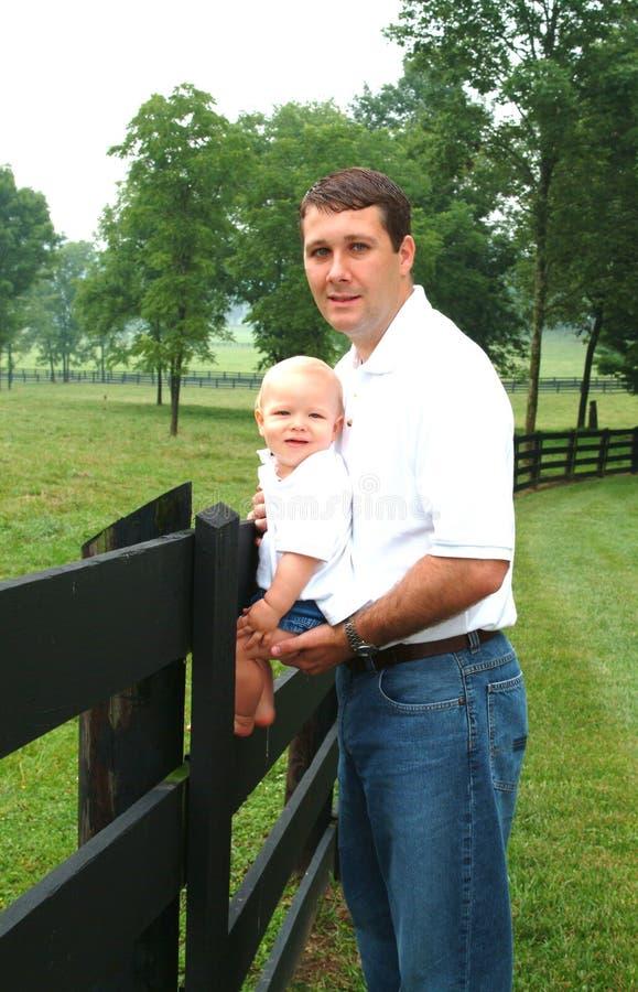 Papá e hijo en granja imagen de archivo libre de regalías