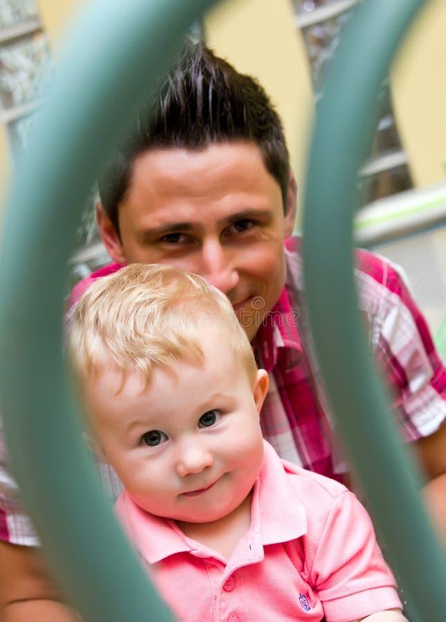 Papá feliz con el bebé imagenes de archivo