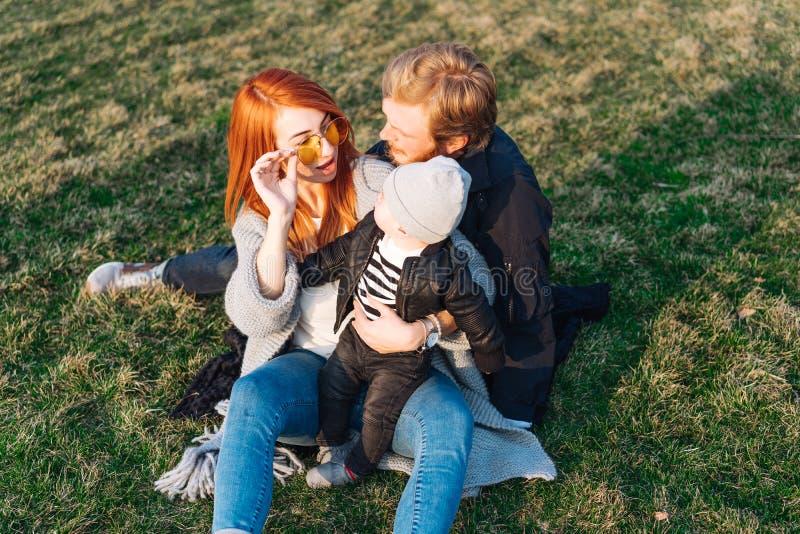 Papá feliz e hijo de la mamá que abrazan en el parque fotos de archivo libres de regalías