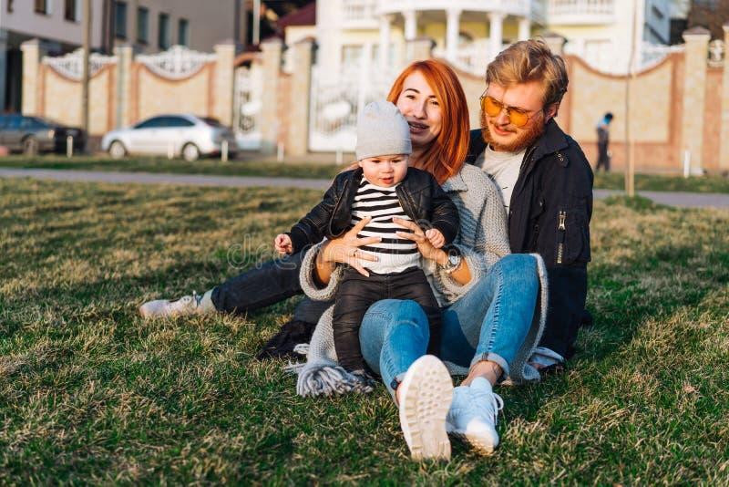 Papá feliz e hijo de la mamá que abrazan en el parque foto de archivo libre de regalías