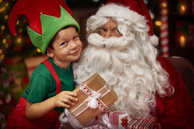 Papá Noel con el niño pequeño imagen de archivo