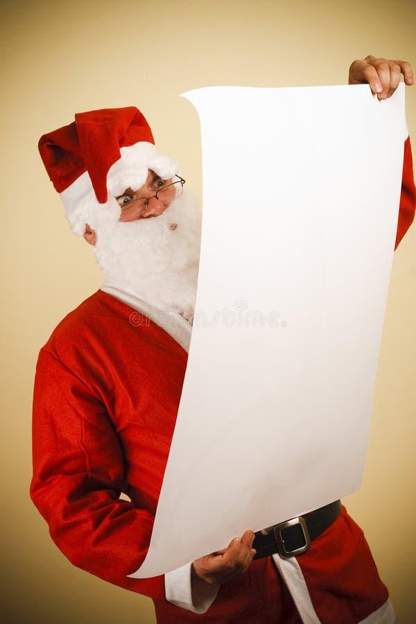 Papá Noel con la lista imagen de archivo libre de regalías