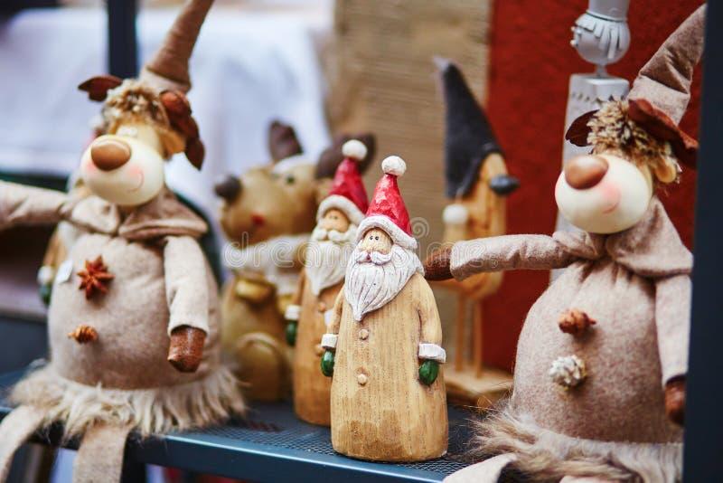 Papá Noel de madera y ciervos divertidos en mercado tradicional de la Navidad en Estrasburgo foto de archivo