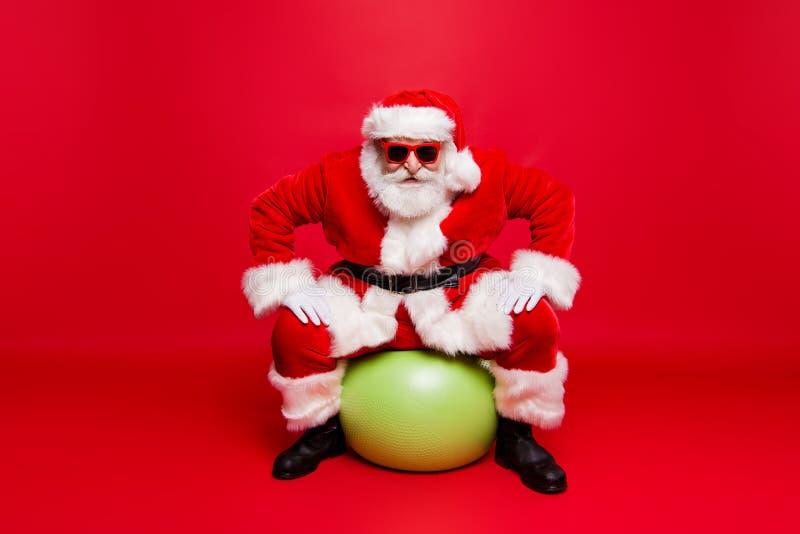 Papá Noel de moda elegante positivo divertido en fu de los guantes de las lentes foto de archivo