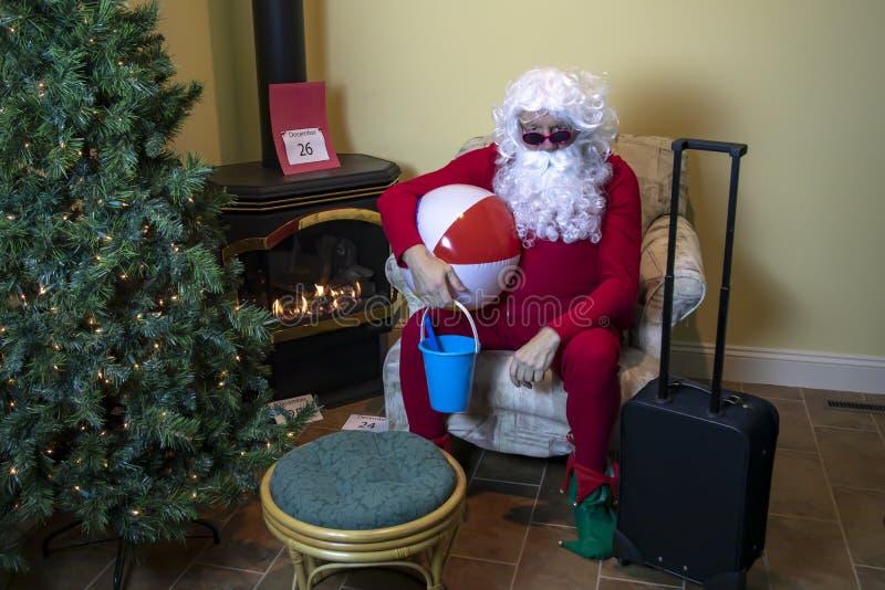 Papá Noel embaló por un día de fiesta de la playa después de la Navidad imagen de archivo libre de regalías