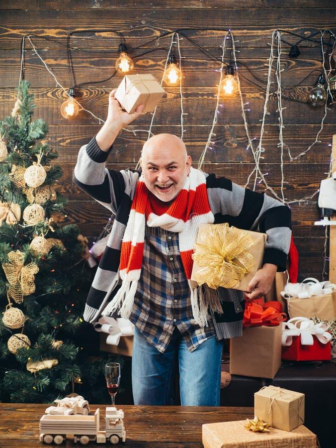 Papá Noel en hogar Feliz Navidad y Feliz Año Nuevo La Navidad de la sonrisa del hombre imagen de archivo libre de regalías