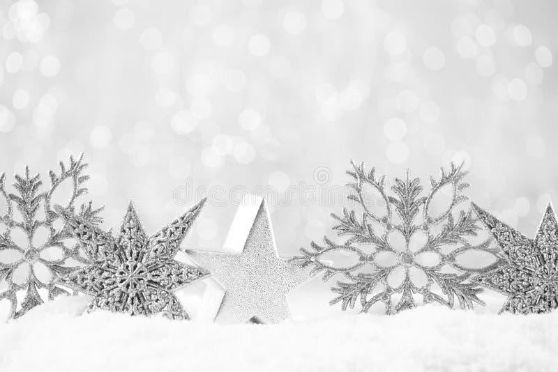 Papá Noel en un trineo Decoración festiva en fondo del bokeh del oro Concepto del Año Nuevo Copie el espacio Endecha plana Visión fotos de archivo libres de regalías