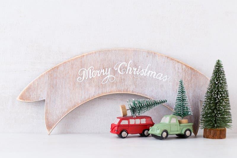 Papá Noel en un trineo Decoración festiva en fondo gris Concepto del Año Nuevo Copie el espacio Endecha plana Visión superior foto de archivo